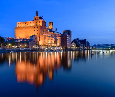 Innenhafen von Duisburg bei Nacht