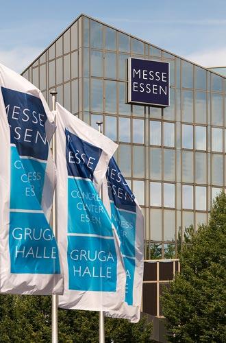 Wehende Fahnen vor dem Messehaus Süd in Essen