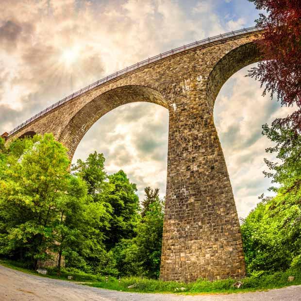 Blick von unten auf das Eulenbachviadukt