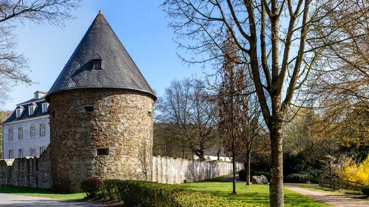 Schloss Hardenberg in Velbert an einem sonnigen Tag
