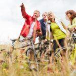 Eine Gruppe Radfahrer genießt die Aussicht am Panoramradweg Niederbergbahn